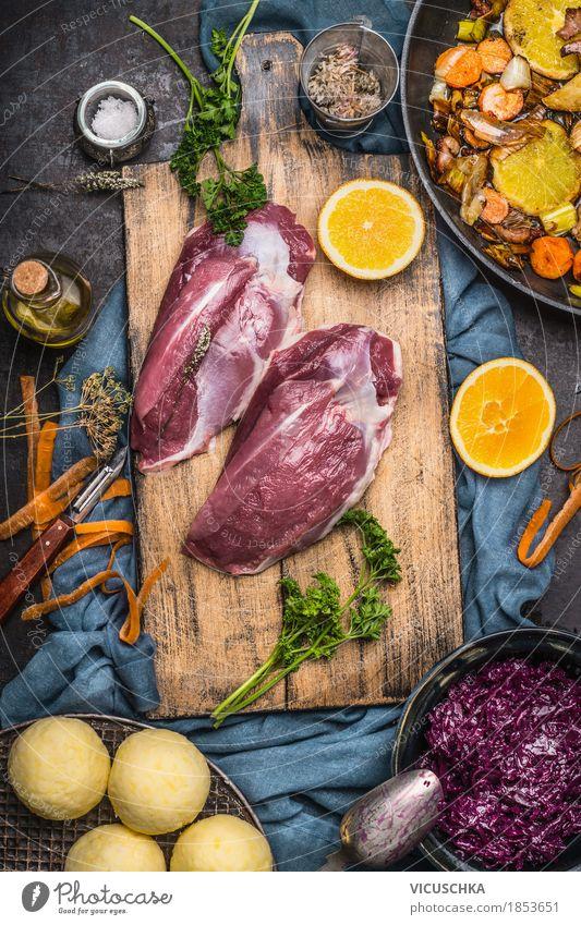 Entenbrust mit Zutaten für leckeres Kochen Lebensmittel Fleisch Gemüse Frucht Kräuter & Gewürze Ernährung Mittagessen Abendessen Festessen Bioprodukte Geschirr