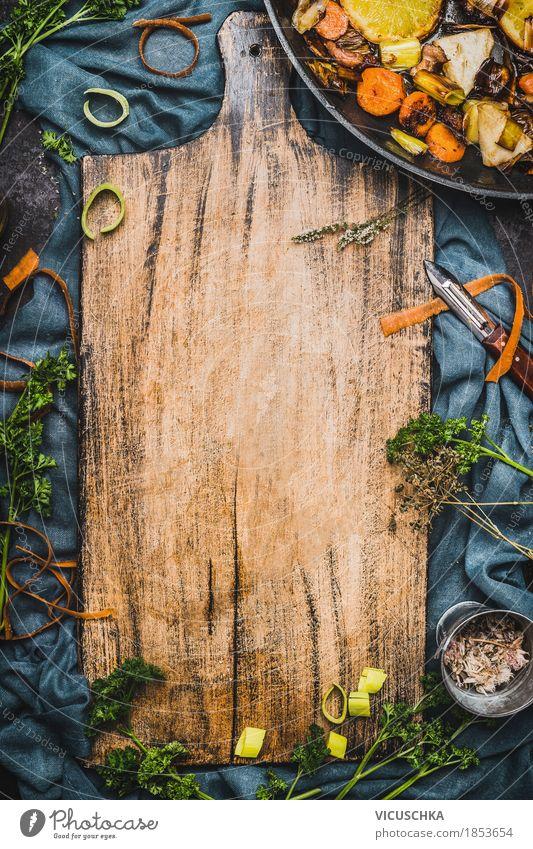 Essen Hintergrund mit alte Schneidebrett Lebensmittel Gemüse Kräuter & Gewürze Öl Ernährung Vegetarische Ernährung Diät Geschirr Stil Design Gesunde Ernährung