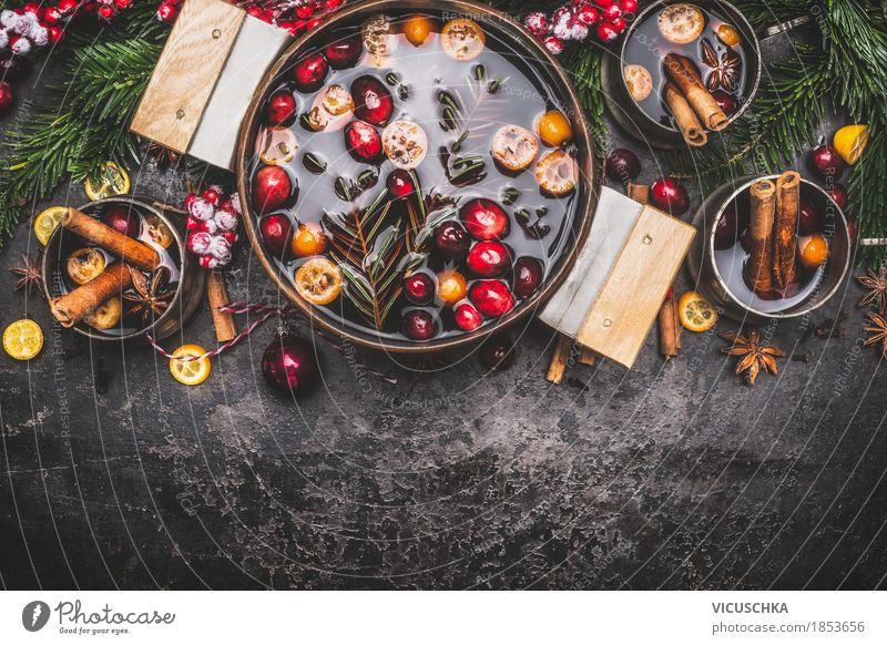 Glühwein im Kochtopf mitTassen und Zutaten Festessen Getränk Heißgetränk Topf Stil Design Freude Winter Tisch Küche Party Veranstaltung Feste & Feiern
