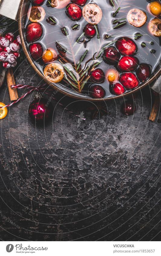 Glühwein in Kochtopf auf dunklem Vintage Hintergrund Weihnachten & Advent Freude dunkel Stil Lebensmittel Feste & Feiern Stimmung Design Frucht Kräuter & Gewürze Getränk Duft Tradition Geschirr Beeren Vorfreude