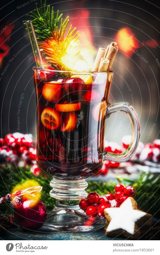 Glas traditionellen Glühwein mit Weihnachtsdekoration Weihnachten & Advent Freude Winter dunkel gelb Beleuchtung Stil Feste & Feiern Stimmung Design Frucht Glas Tisch Kräuter & Gewürze Getränk Tradition