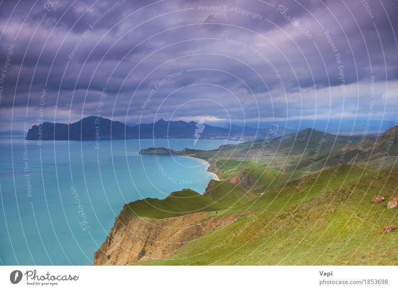Seehafen mit blauem Wasser, grünem Feld und blauem Himmel Natur Ferien & Urlaub & Reisen Farbe Sommer weiß Meer Landschaft Wolken Berge u. Gebirge Umwelt gelb