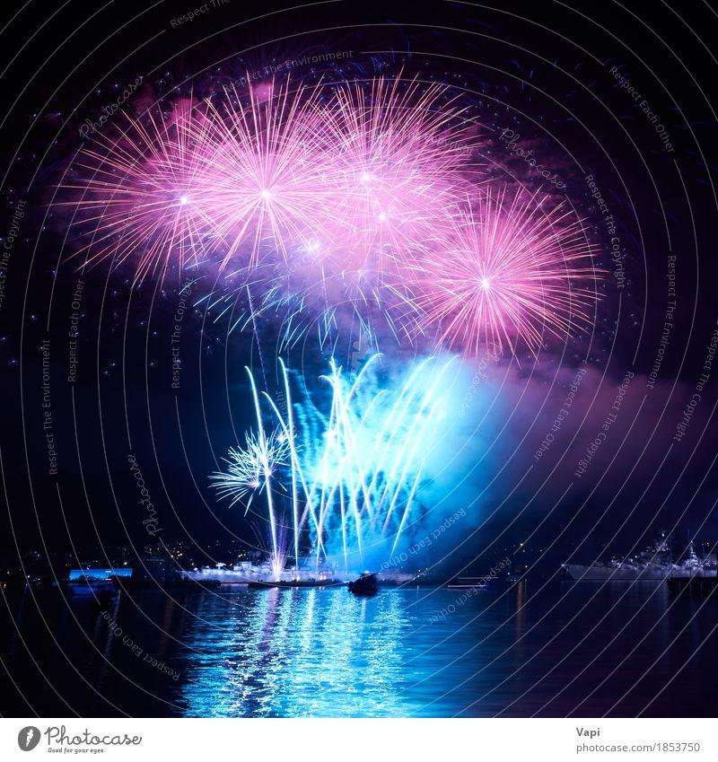 Blaue bunte Feuerwerke auf dem schwarzen Himmel blau Weihnachten & Advent Farbe Wasser weiß rot Freude dunkel Kunst Freiheit Feste & Feiern Party See rosa
