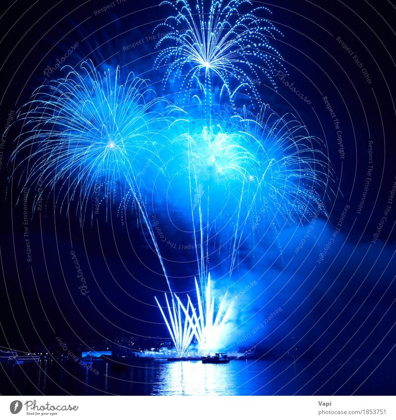 Blaue bunte Feuerwerke auf dem schwarzen Himmel Freude Freiheit Nachtleben Entertainment Party Veranstaltung Feste & Feiern Weihnachten & Advent