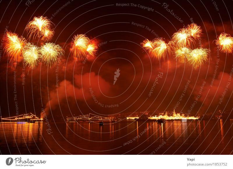 Rotes buntes Feiertagsfeuerwerk Himmel Weihnachten & Advent Farbe Wasser weiß rot Freude dunkel schwarz gelb Kunst Freiheit Feste & Feiern Party See orange