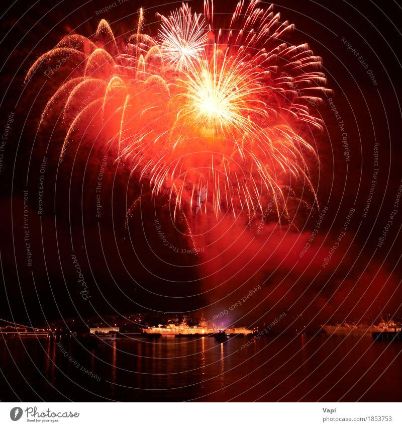 Rote Feuerwerke auf dem schwarzen Himmel Freude Freiheit Nachtleben Entertainment Party Veranstaltung Feste & Feiern Halloween Weihnachten & Advent Kunst Show