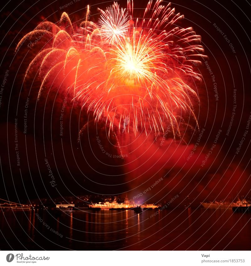 Rote Feuerwerke auf dem schwarzen Himmel Weihnachten & Advent Farbe Wasser weiß rot Freude dunkel gelb Kunst Freiheit Feste & Feiern Party See orange