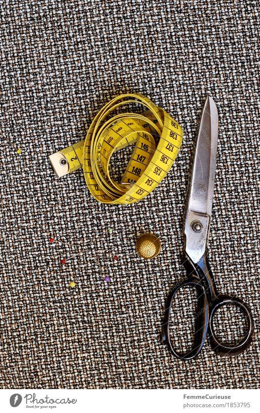 Nähen_1853795 Mode Kreativität Schneidern machen Schere Fingerhut Stecknadel Maßband Stoff braun Modedesign messen Stillleben Bekleidung Freizeit & Hobby Skala