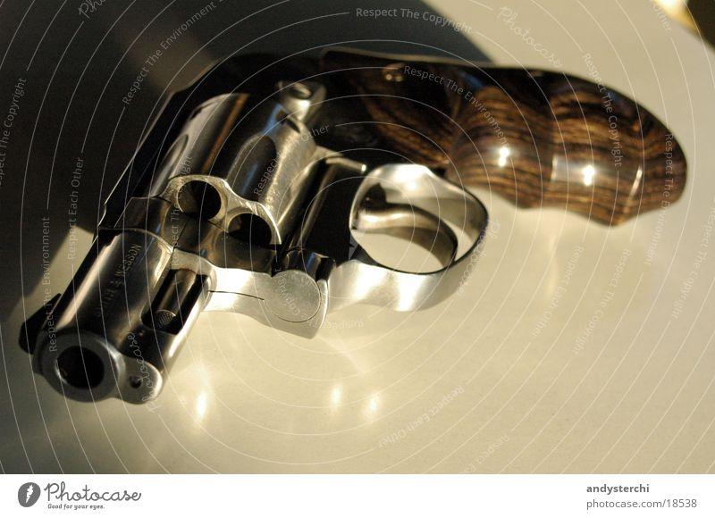 Ungeladen *secure* Holz Metall gefährlich Griff Waffe Pistole Schuss schießen Smith & Wesson