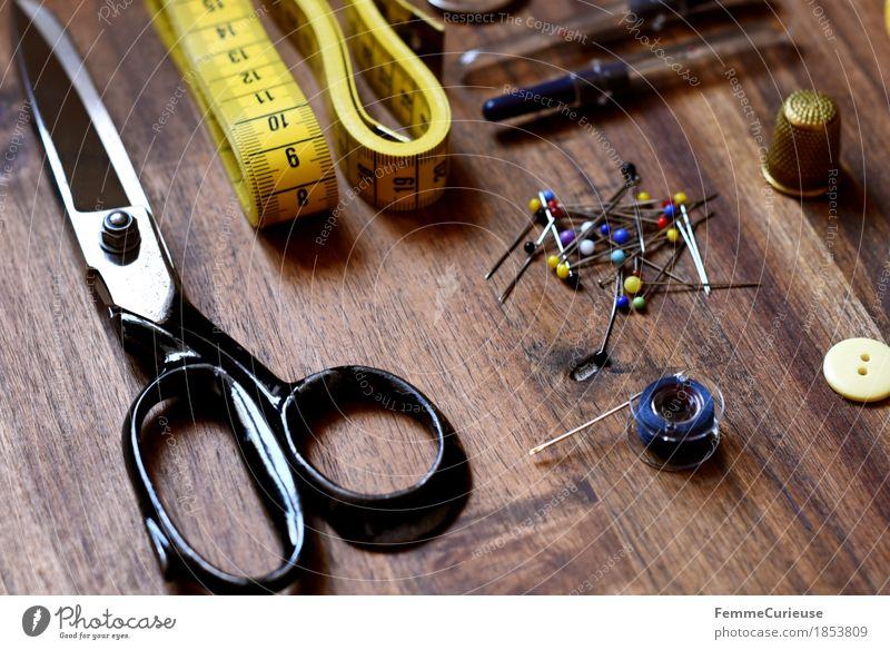 Nähen_1853809 Mode Kreativität Knöpfe Schere Fingerhut Stecknadel angeordnet Stillleben Schneidern messen Design Kurzwaren machen Holztisch Nähnadel Maßband