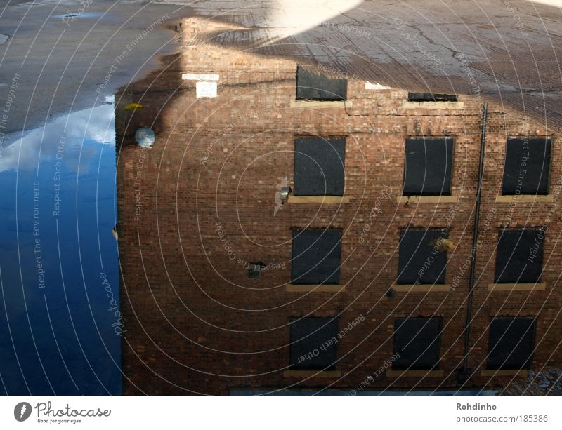 spiegel online Stadt Hauptstadt Menschenleer Haus Industrieanlage Fabrik Bauwerk Gebäude Architektur Fenster Schilder & Markierungen Fassade Pfütze Spiegelbild