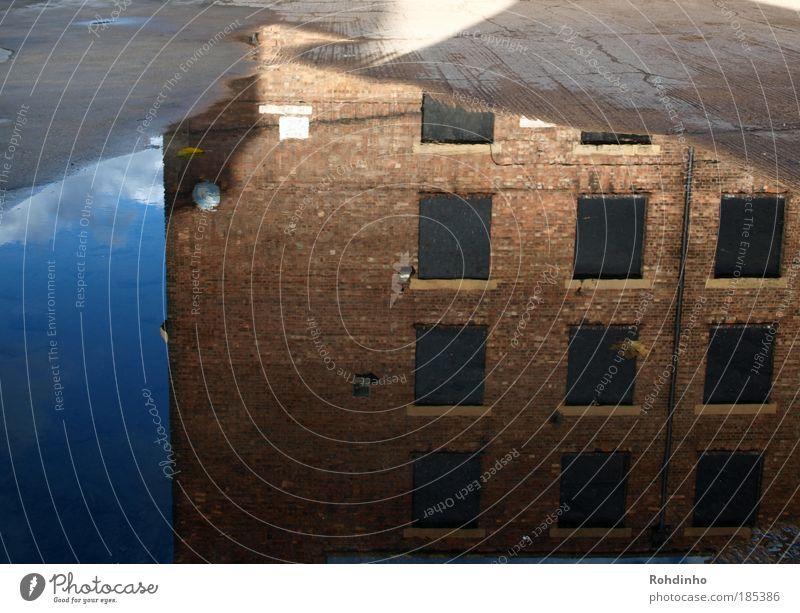 spiegel online Wasser Himmel Stadt Haus Wolken Fenster Reflexion & Spiegelung Gebäude Architektur Schilder & Markierungen Fassade Fabrik Asphalt Pfeil Backstein