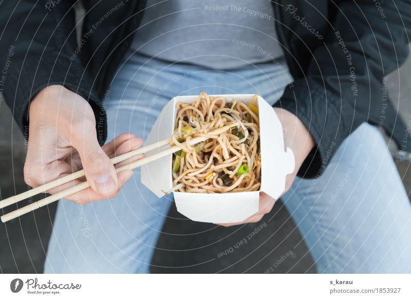 Zum Mitnehmen Lebensmittel Gemüse Teigwaren Backwaren Essen Mittagessen Vegetarische Ernährung Fastfood Asiatische Küche Lifestyle Mensch maskulin Mann