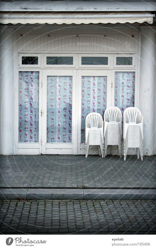 Saisonende weiß Stadt Einsamkeit Haus Fenster kalt Wand Architektur grau Mauer Gebäude Tür Fassade geschlossen Platz Dach