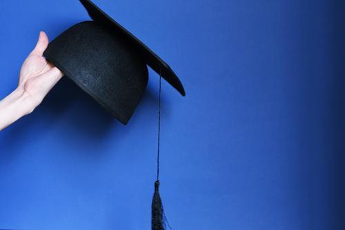 Graduierung_1854067 blau schwarz Erfolg lernen Studium Ziel festhalten Bildung Student Hut Mütze Berufsausbildung Medaille haltend Erfolgsaussicht Abschlussball