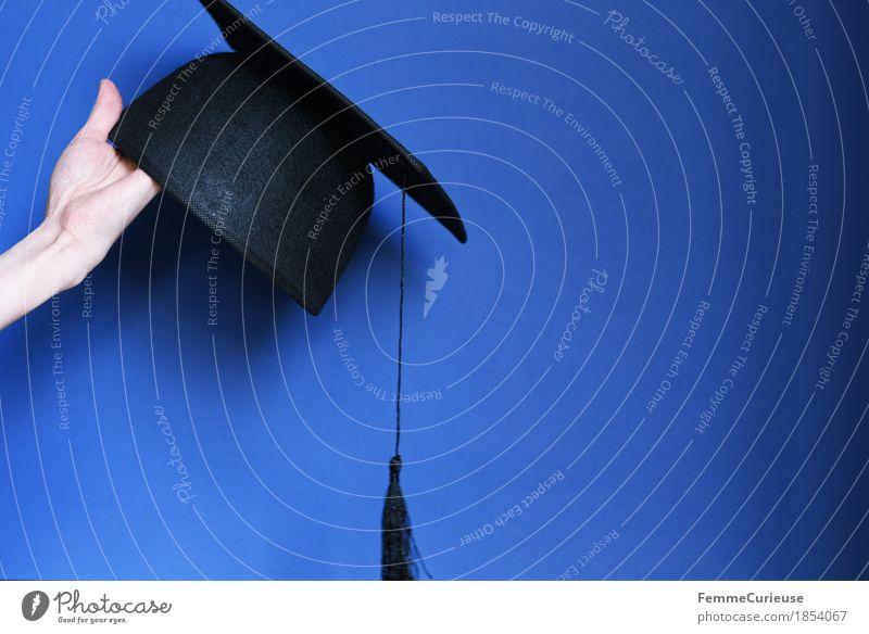 Graduierung_1854067 Hut Bildung Doktorhut Mütze festhalten haltend blau schwarz Studium lernen Abschlussball Ziel Erfolg Erfolgsaussicht Student Medaille Ehrung