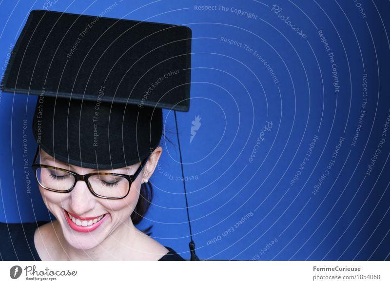 Graduierung_1854068 Mensch Frau Jugendliche blau Junge Frau Freude 18-30 Jahre schwarz Erwachsene feminin Glück Feste & Feiern Erfolg lernen Studium Brille