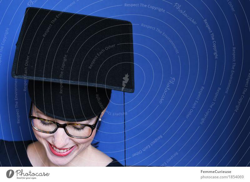 Graduierung_1854069 feminin Junge Frau Jugendliche Erwachsene Mensch 18-30 Jahre Bildung Erfolg Studium Doktorgrad Hut Mütze schwarz Brille Verstand