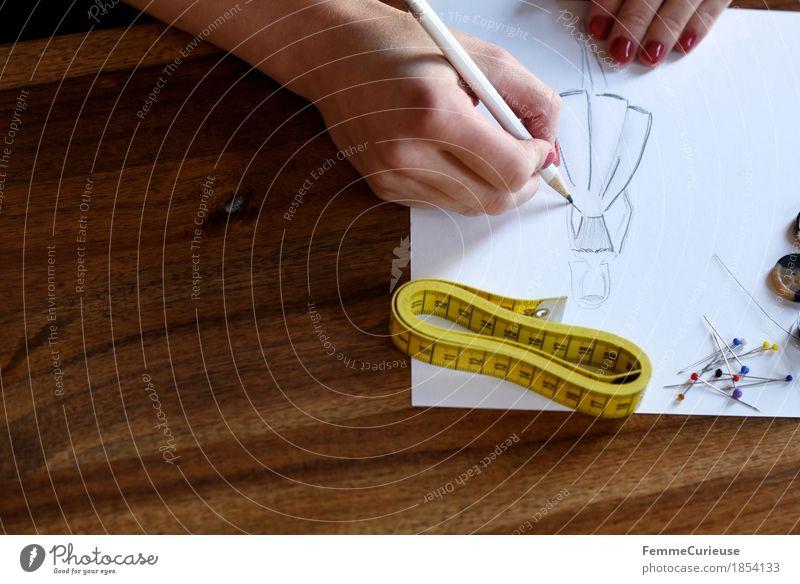 Modedesign_1854133 Hand feminin Mode Kreativität Papier Kleid trendy zeichnen Holztisch Entwurf Bleistift Saison Atelier Stecknadel Designer Nagellack