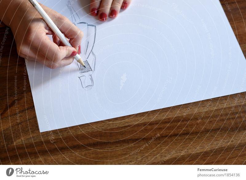 Modedesign_1854136 feminin Junge Frau Jugendliche Erwachsene Mensch 18-30 Jahre 30-45 Jahre ästhetisch Modezeichnerin zeichnen Papier Bleistift weiß Holztisch