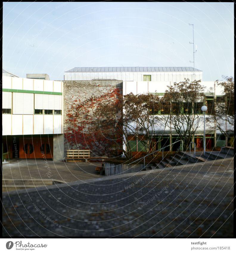 architektursünde schule Himmel Baum Stadt Herbst Wand Schule Mauer Gebäude Architektur Fassade Schulgebäude Studium Treppe Platz trist