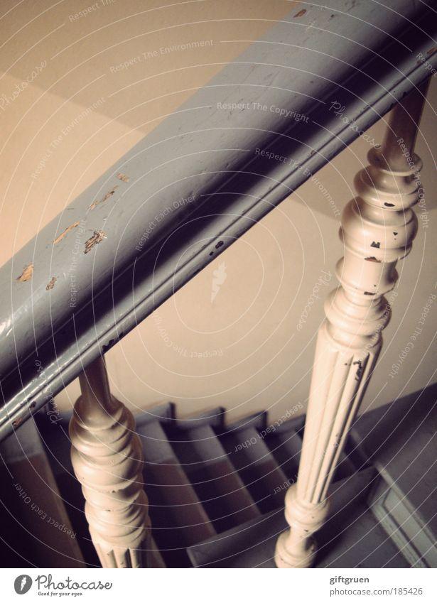 auf und ab alt Haus Wand Mauer Gebäude Architektur Wohnung hoch Treppe Bauwerk aufwärts steigen Geländer Karriere abwärts