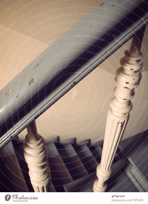 auf und ab Haus Bauwerk Gebäude Architektur Mauer Wand Treppe alt Treppenhaus Altbau Geländer Treppengeländer Stufen steigen aufsteigen absteigen Aufstieg