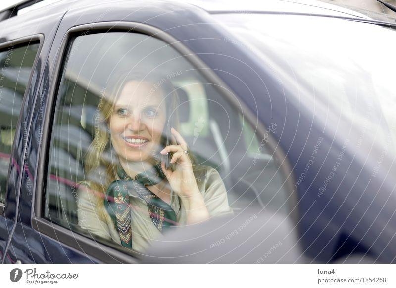 busy Mensch Frau Erwachsene sprechen Autofenster feminin lachen Business PKW blond Technik & Technologie Fröhlichkeit Freundlichkeit Telefon Handy Mobilität