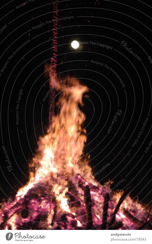 Flamme & Mond Physik heiß Holz brennen Planet Nacht Brand Wärme orange Trabbi