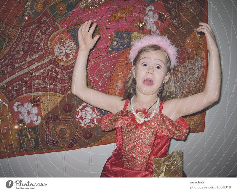 dramaqueen Kind Mädchen Kindheit Unsinn lustig ADS Ritalin 3-8 Jahre Fröhlichkeit rot Euphorie Leben Freude verrückt wild Karnevalskostüm Prinzessin Dramaqueen