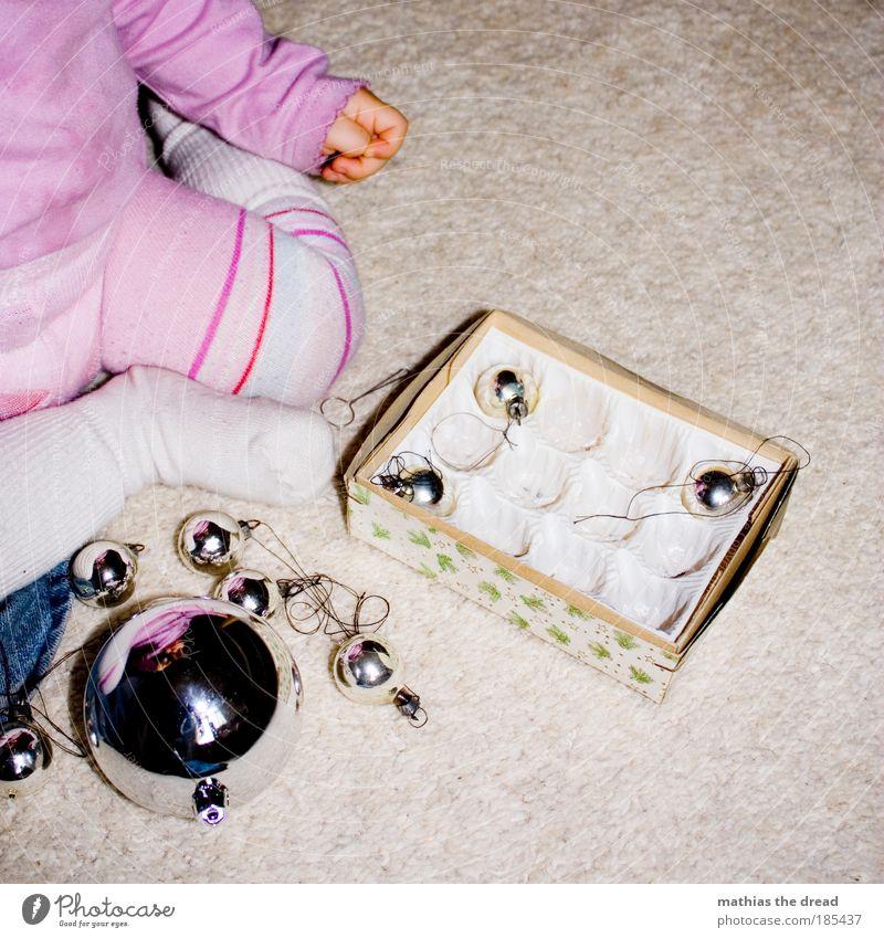 WEIHNACHTSFEST FÜR GROß UND KLEIN Mensch Hand Weihnachten & Advent schön Leben Spielen Beine Fuß Kindheit Baby Wohnung rosa Kleinkind Kugel entdecken
