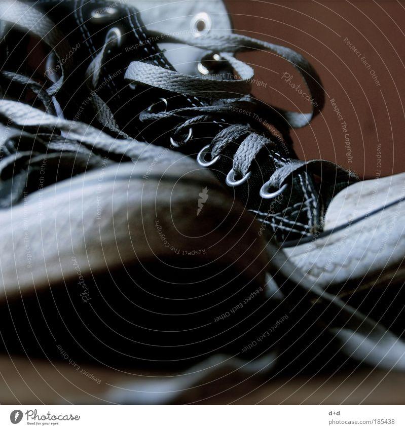 xxx alt weiß schwarz Detailaufnahme Stil Mode Schuhe Design Lifestyle Bekleidung retro schäbig trendy Turnschuh Chucks alternativ