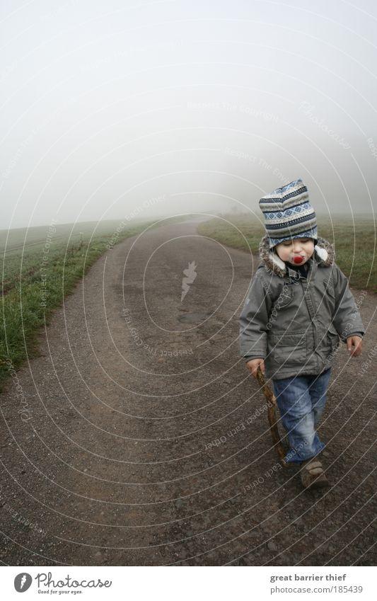 Krieger der Träumerei maskulin Kind Kleinkind Junge Kindheit Leben 1-3 Jahre Herbst Horizont Wege & Pfade Nebel Asphalt gehhilfe Schnuller Kurve träumen gehen