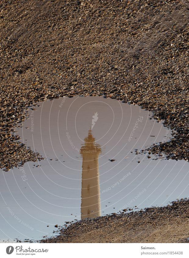 Spiegelperspektive Ferien & Urlaub & Reisen Wasser Stein Sand Aussicht rund Turm Sehenswürdigkeit Leuchtturm Pfütze Turmspitze