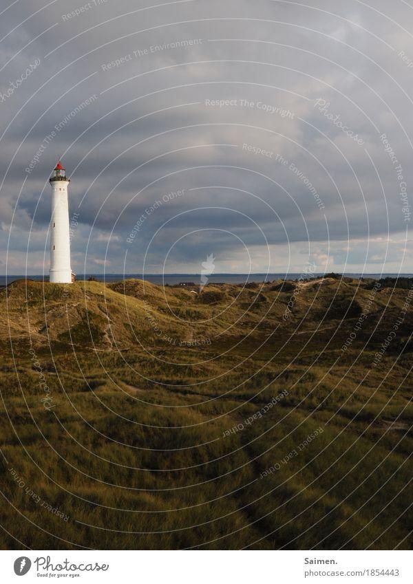 Leuchtturm Turm Düne Himmel schlechtes nasser wolken stürmisch Symbol Natur Farbfoto Landschaft Gras Dünengras düster insel Meer ozean Nordsee Unwetter