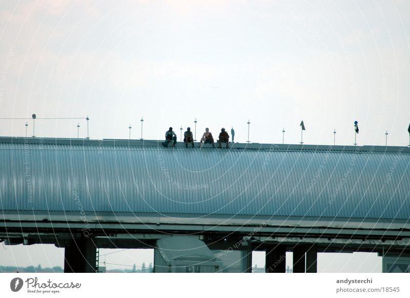 Have a Break Menschengruppe sitzen Pause Dach Flughafen Tschechien Prag