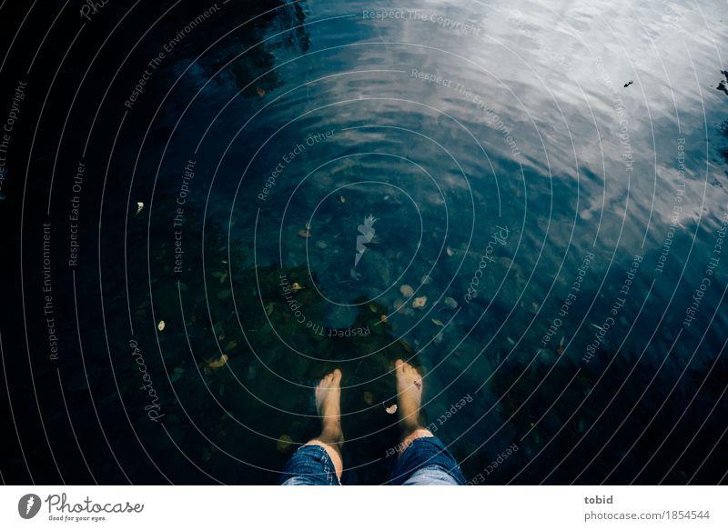 Nasse Füße Mensch Natur nackt Wasser Beine Stein Fuß See Wellen Idylle stehen nass Seeufer Hose Jeanshose Teich