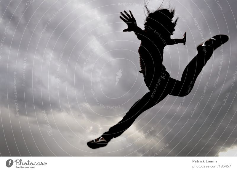 Jump feminin Frau Erwachsene Körper 1 Mensch springen Tanzen Stimmung Freude Glück Lebensfreude Begeisterung Erfolg Kraft Willensstärke Mut achtsam Wolken