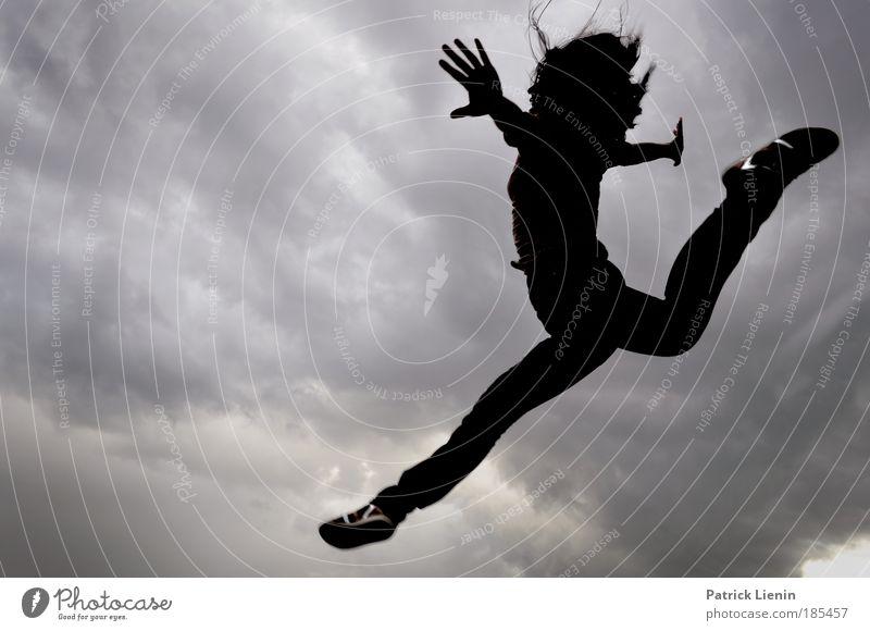 Jump Frau Mensch Hand schön Turnen Freude Wolken Erwachsene feminin Haare & Frisuren Glück springen Stimmung Schuhe Körper Kraft