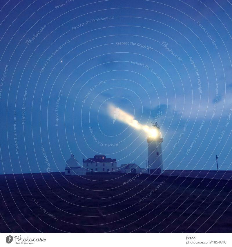 EndStation Himmel Nebel Haus Leuchtturm leuchten dunkel kalt maritim blau gelb schwarz Einsamkeit Sicherheit Vertrauen Farbfoto Außenaufnahme Abend Nacht
