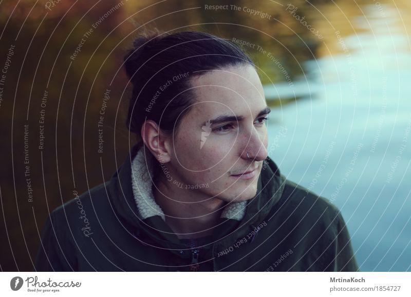 Winterblick V. Mensch Jugendliche Mann Junger Mann Einsamkeit Erwachsene Traurigkeit Herbst Stimmung Freundschaft maskulin Park träumen nachdenklich authentisch