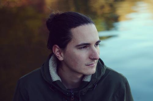 Winterblick V. Mensch maskulin Junger Mann Jugendliche Erwachsene Partner 1 Herbst Schönes Wetter Park Seeufer Stimmung Freundschaft Ehrlichkeit authentisch