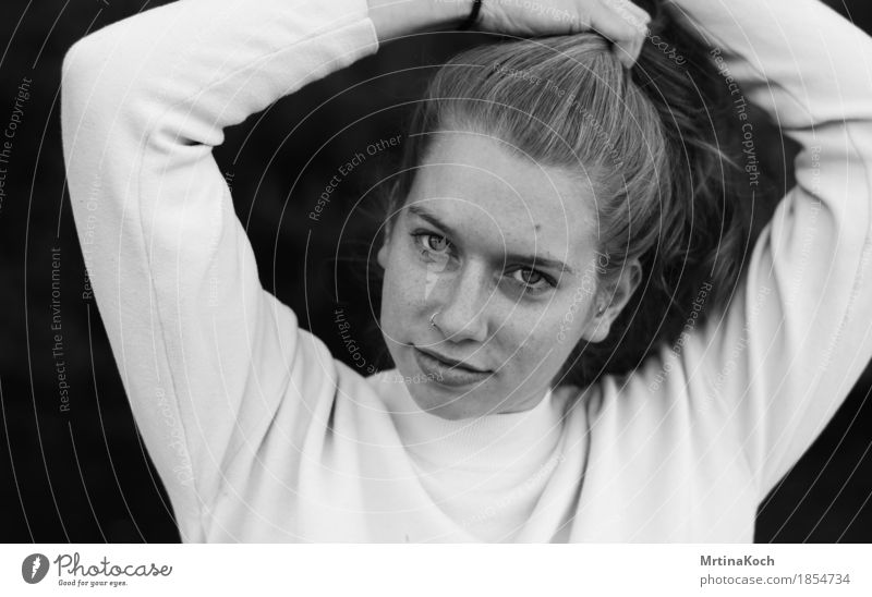 ich bleib kapitän. Mensch Frau Jugendliche Junge Frau Freude 18-30 Jahre Erwachsene Liebe feminin Glück Kopf Haare & Frisuren Zusammensein Freundschaft