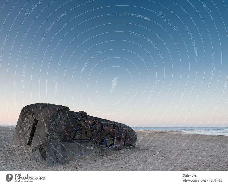 schlafendes Grauen Himmel Natur alt Wasser Landschaft Meer Strand Graffiti Sand liegen Vergänglichkeit Beton Vergangenheit Wolkenloser Himmel Erinnerung Krieg