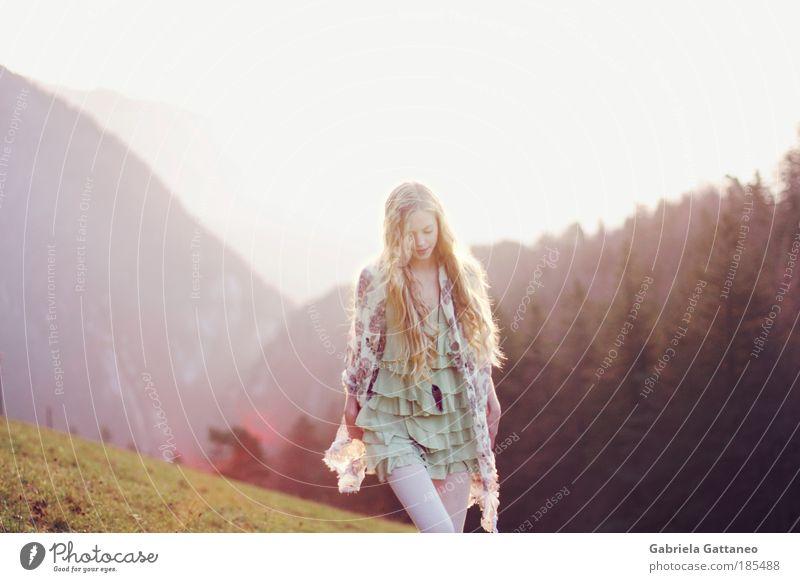Winde wehen weiter Natur Erholung feminin Landschaft Bewegung Haare & Frisuren Stimmung blond gehen Mode frei Frieden Unendlichkeit violett Idylle langhaarig