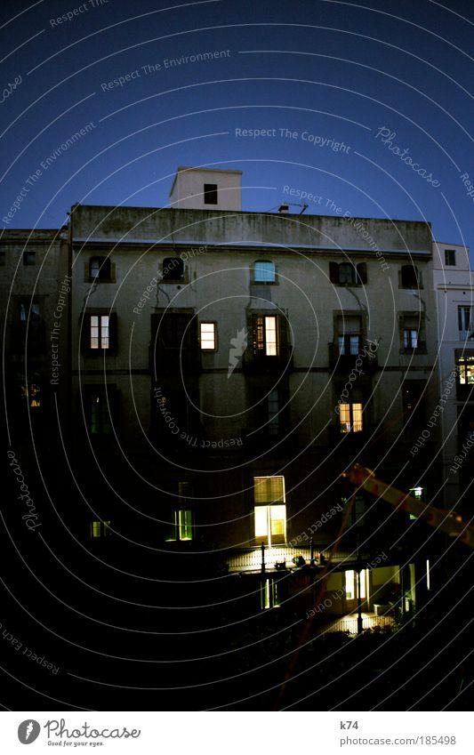 Hinterhof um 7:20 II Stadt Haus Fenster Garten Mauer Gebäude Architektur Wohnung Fassade Dach Häusliches Leben Balkon Terrasse Nachbar Altstadt
