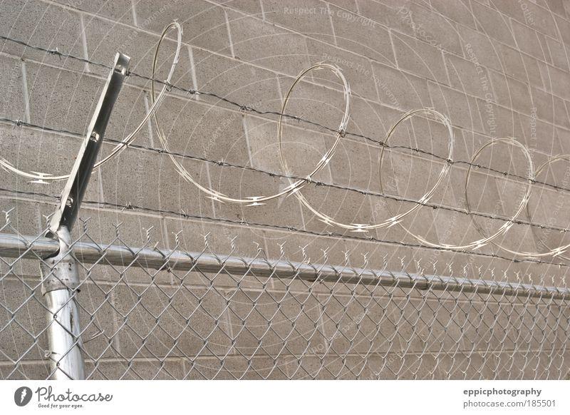 grau Sicherheit gefährlich Schutz stark Stahl Zaun Barriere Justizvollzugsanstalt System Gehege eckig Lebensgefahr Rasierer umschließen