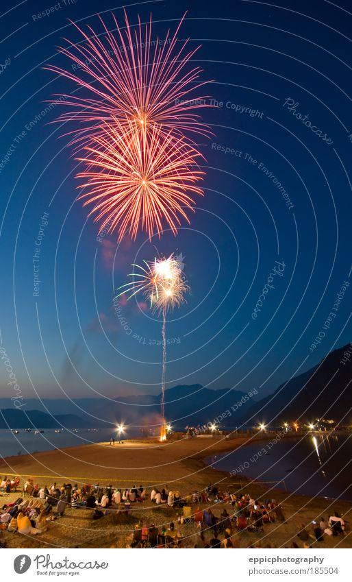 Mensch rot Freude Strand See Sand Feste & Feiern Menschenmenge genießen Erwartung Tradition Vorfreude Explosion Selbstständigkeit Juli Wolkenloser Himmel