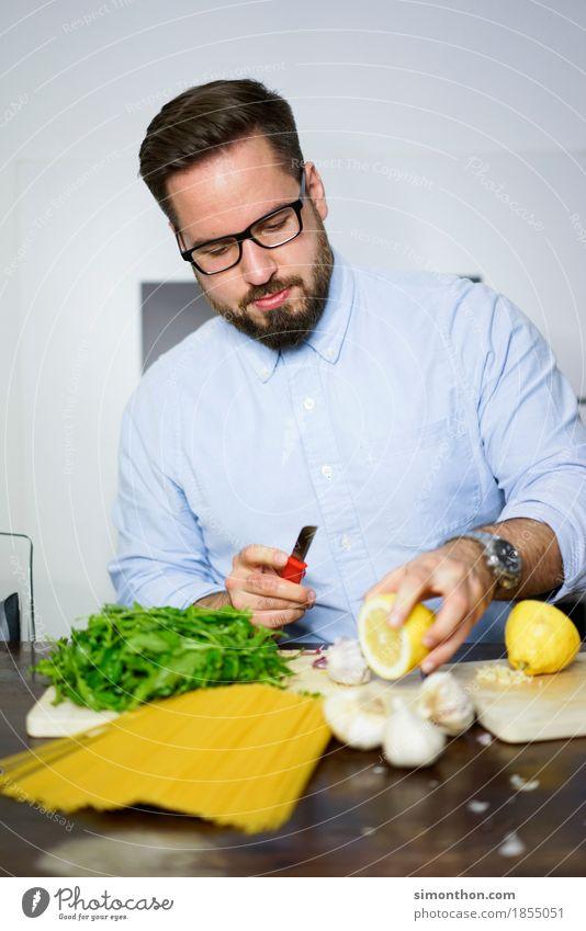 Kochen Mensch Gesunde Ernährung Erholung ruhig Essen Leben Lifestyle Gesundheit Lebensmittel Wohnung maskulin Häusliches Leben Zufriedenheit Fitness
