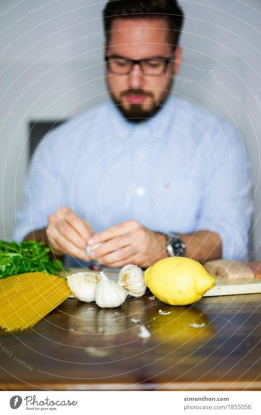 Kochen Mensch alt Erholung Essen Lifestyle Lebensmittel Frucht maskulin Häusliches Leben Ernährung genießen Fitness Fisch berühren lecker Gemüse